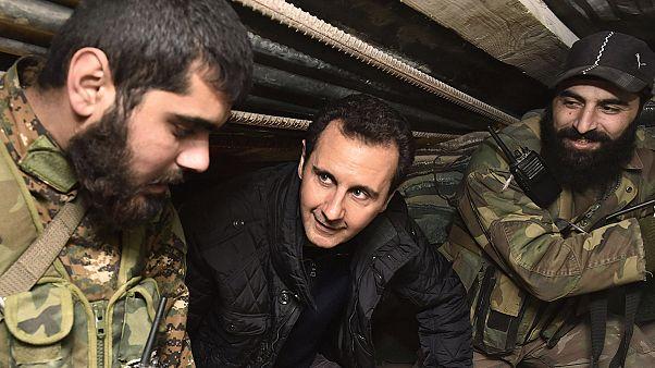 Al Asad visita a sus tropas en el frente a las afueras de Damasco