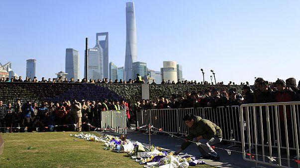 Virágokat visznek a gyászolók Sanghajban a tragédia helyszínére