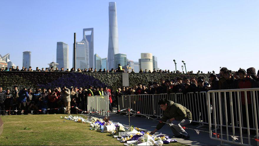 Шанхайцы приносят цветы на место новогодней давки
