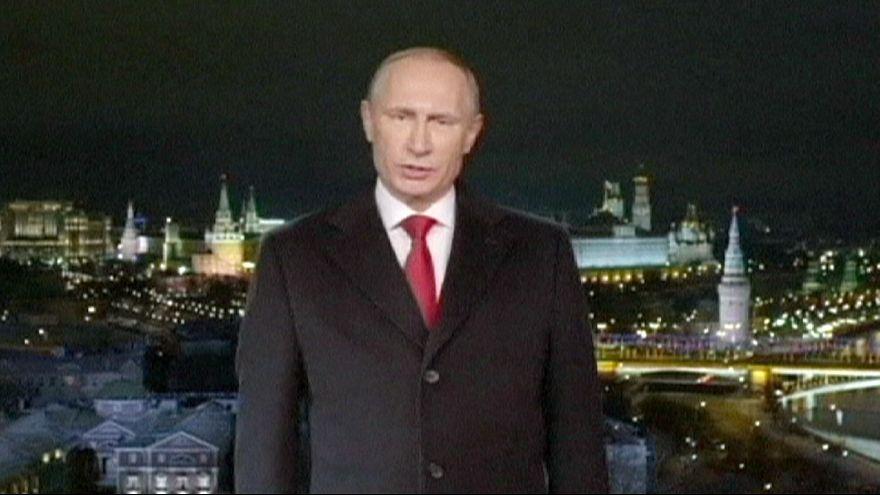 الروس يتمنون استقرارا اقتصاديا بالعام الجديد بعد سنة قاتمة للروبل