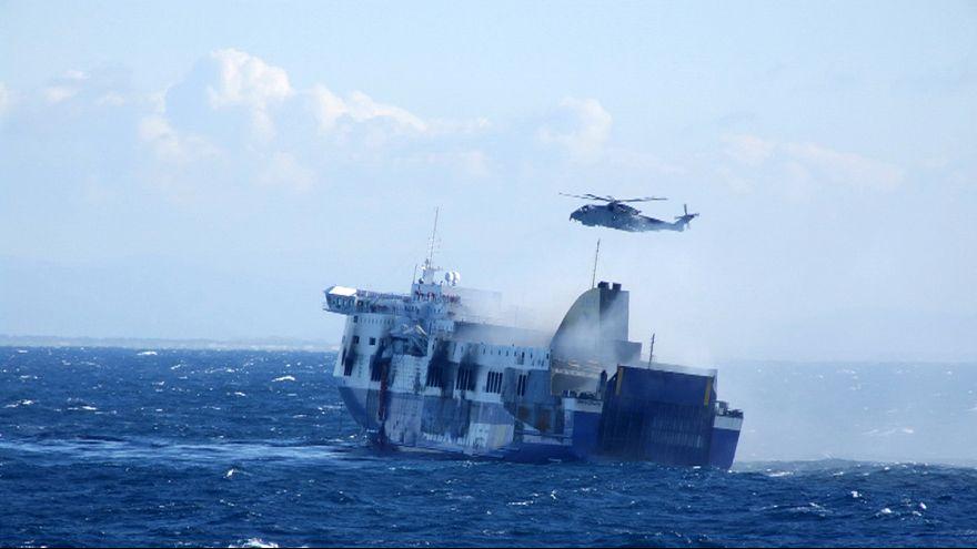 Ferry que ardeu no Mediterrâneo a caminho de Itália