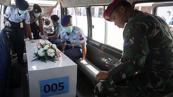 Los equipos de rescate siguen recuperando cuerpos del avión de AirAsia