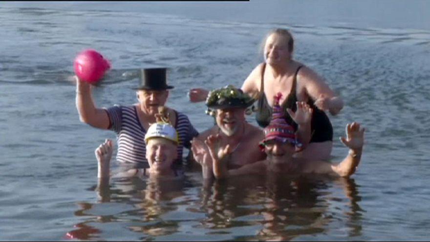 Пловцы и бегуны приветствуют Новый год