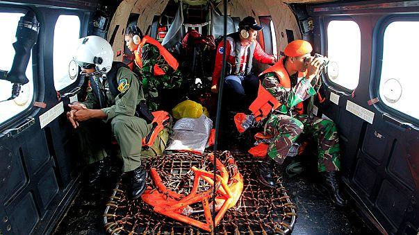 Los equipos de rescate recuperan más de 20 cuerpos del vuelo de AirAsia pero siguen sin hallar las cajas negras