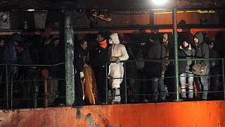البحرية الايطالية تسيطر على سفينة تنقل مئات المهاجرين غير الشرعيين