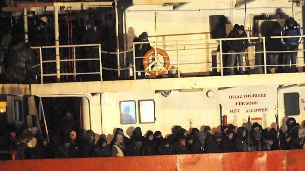 عملیات هدایت کشتی سرگردان در آب های ایتالیا در جریان است