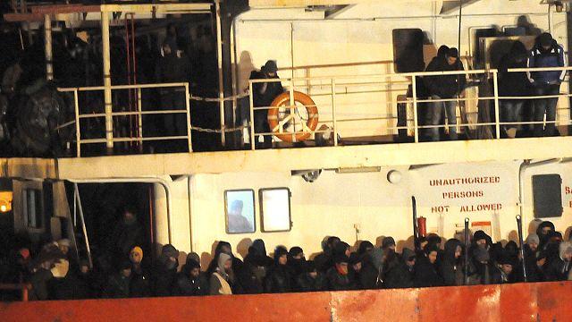 Denizin ortasındaki göçmenlere İtalya'dan müdahale