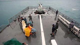 Recuperados 30 cadáveres del avión de AirAsia e identificados cuatro