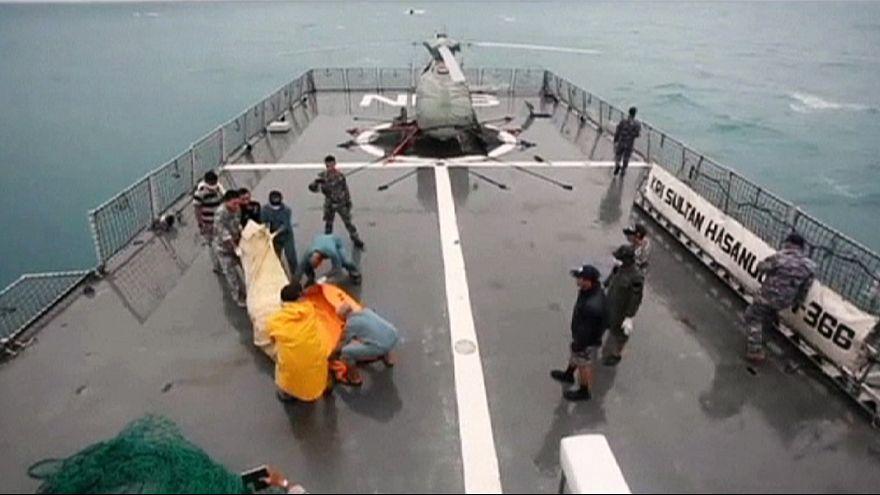 AirAsia uçağından çıkarılan cesetlerin sayısı 30'a yükseldi