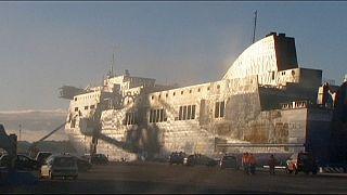 Már olasz kikötőben vizsgálják a kiégett komp roncsát
