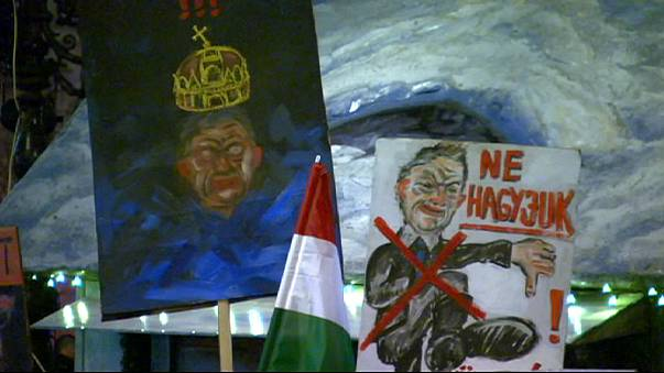 Des milliers de Hongrois manifestent contre Viktor Orban