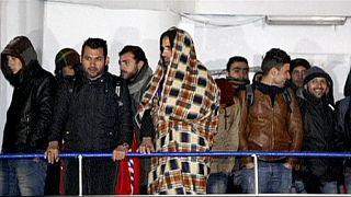 مهاجران کشتی رهاشده وارد ایتالیا شدند