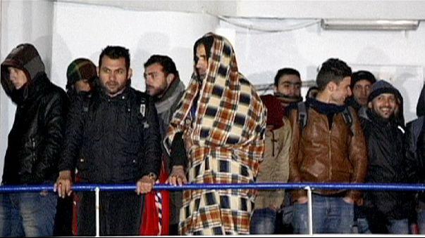 Akdeniz'de sürüklenen kaçak göçmen gemisi İtalya limanında