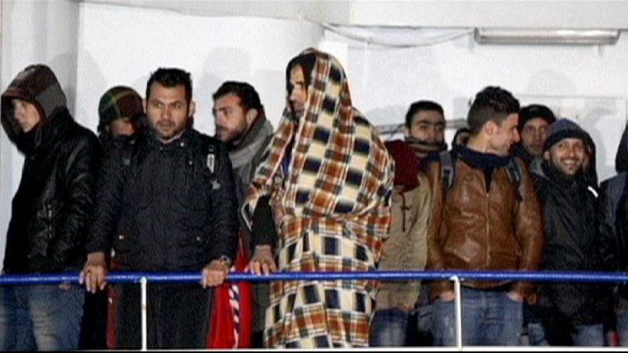 """Италия: 360 нелегалов со второго за неделю """"сухогруза-призрака"""" сошли на берег"""