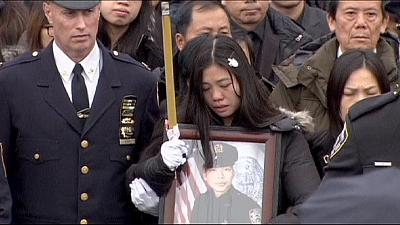 Polícia de Nova Iorque em protesto durante funeral de agente assassinado