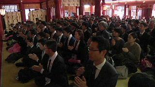 Los trabajadores japoneses rezan para pedir buena fortuna