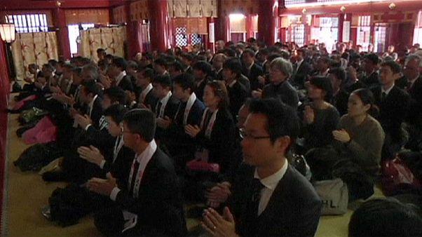 Japan: Angestellte beten für glückreiches neues Jahr