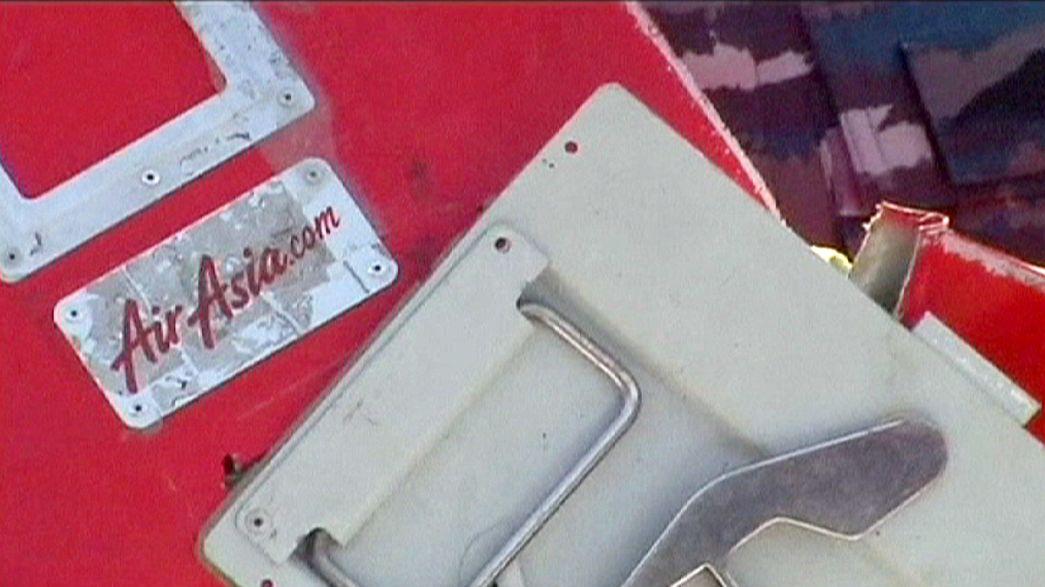 Avião AirAsia: Indonésia suspende controladores aéreos