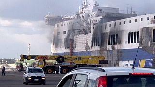 Fogo dificulta operações em ferry incendiado