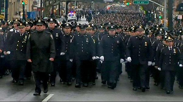 شهردار نیویورک حرکت ماموران پلیس در مراسم تدفین را «بی احترامی» خواند