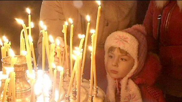 احتفالات المسيحيين الأرثوذوكس بعيد الميلاد تقرب الانفصاليين والقوات الحكومية في دونيتسك شرقي أوكرانيا