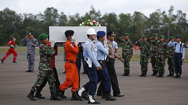 Индонезия. Обнаружена хвостовая часть самолета Air Asia