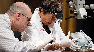 Monedas y diarios en la cápsula del tiempo más antigua de EE UU descubierta en Boston
