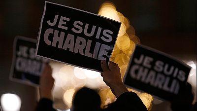 """Strage alla sede di Charlie Hebdo, terroristi coi kalashnikov, 12 morti. """"Identificati i tre autori"""""""