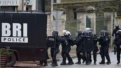 França procura suspeitos do ataque armado