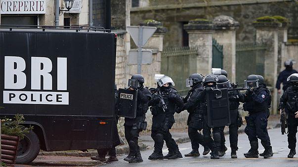 Paris'teki saldırının faillerinden biri teslim oldu