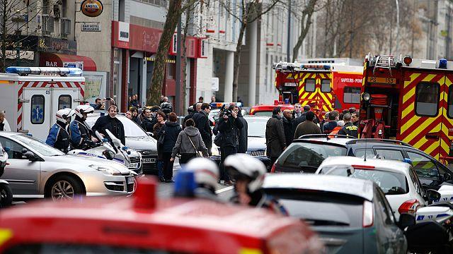 Paris'te polise bir saldırı daha!