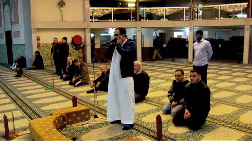 مؤمنون في مسجد بروكسل الكبير يدينون كل اشكال و انواع الارهاب