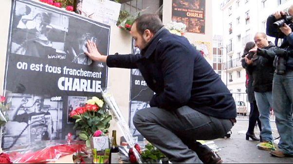 Émotion, hommage et recueillement au siège de Charlie Hebdo