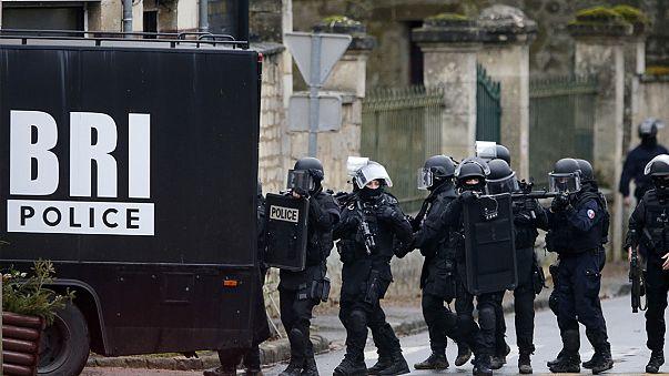 Fransız polisi Paris çevresini didik didik arıyor