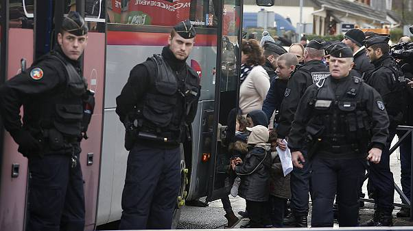 الشرطة الفرنسية تخلي المدارس في المنطقة حيث يختبئ الاخوان كواشي