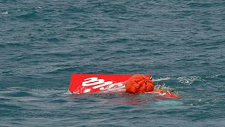 بخشی از دُم هواپیمای ایرآسیا از دریا بیرون آورده شد