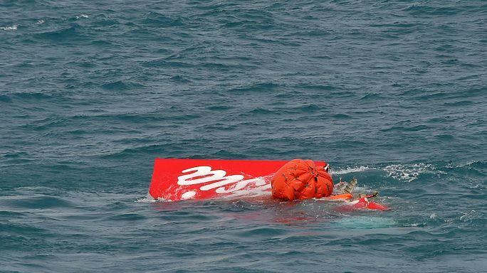 Хвост самолета AirAsia поднят на поверхность