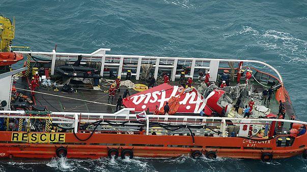 Indonesian search team raises tail of crashed AirAsia plane, no black box found
