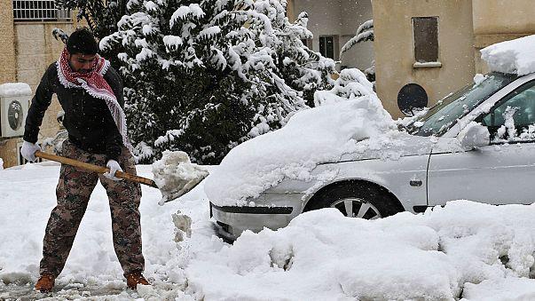العاصفة الجوية في الشرق الأوسط تزيد معاناة سكان قطاع غزة واللاجيئين السوريين