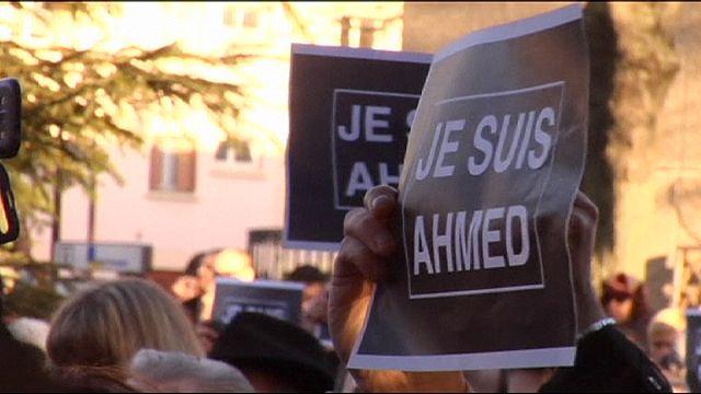 Csendesen tisztelgett a tömeg a szerdán Párizsban meggyilkolt rendőr előtt
