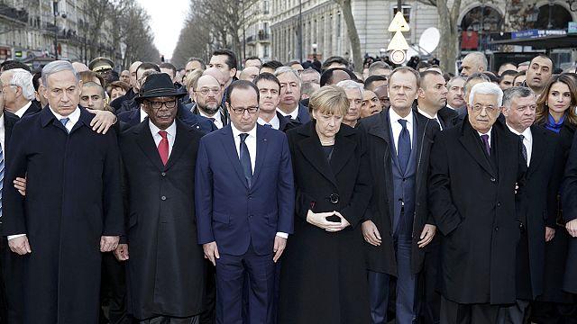 A világ vezetői, az áldozatok rokonai és a támadások sérültjei a milliós menet élén