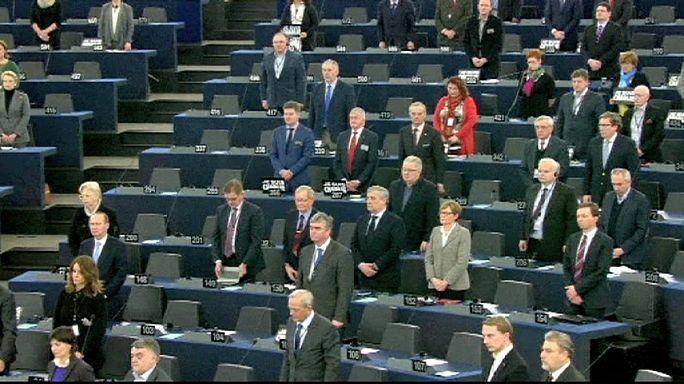 الوقوف دقيقة صمت في البرلمان الاوروبي حدادا على ضحايا الارهاب الذي ضرب فرنسا.