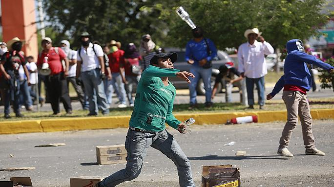 Meksika'da 43 öğrenci için protesto eylemi
