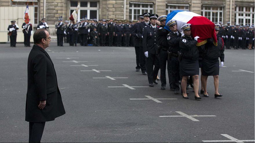 """Hollande: """"Si Francia está hoy de pie es porque cayeron policías"""""""