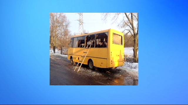 مقتل 10 أشخاص لدى سقوط قذيفة على حافلة شرق اوكرانيا