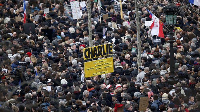 """Первый после теракта: реакция СМИ на выход """"Шарли Эбдо"""""""