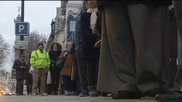 """الباريسيون يقبلون على شراء الاصدار الاخير من """"شارلي ايبدو"""""""