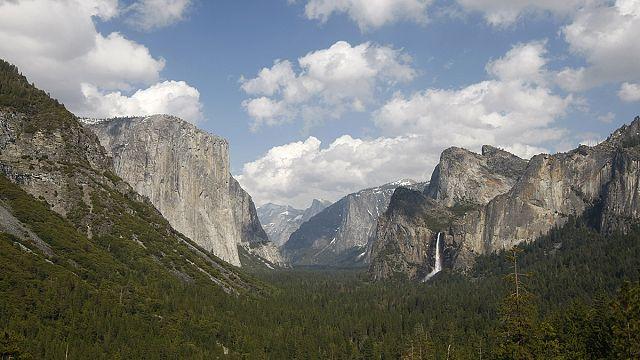Deux alpinistes américains gravissent à mains nues le sommet du Yosemite