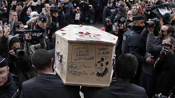 """خاکسپاری پنج تن از دوازده قربانی حمله به """"شارلی ابدو"""""""