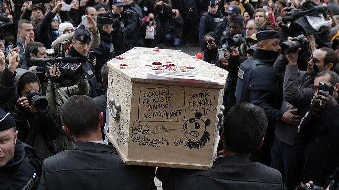Charlie Hebdo: telerajzolt koporsóban temették a karikaturistát